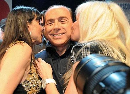 """Caso Escort, nuove intercettazioni di Berlusconi: """"Sono stato dichiarato il politico più sexy del mondo"""". Spunta la conduzione di un programma a Belen"""