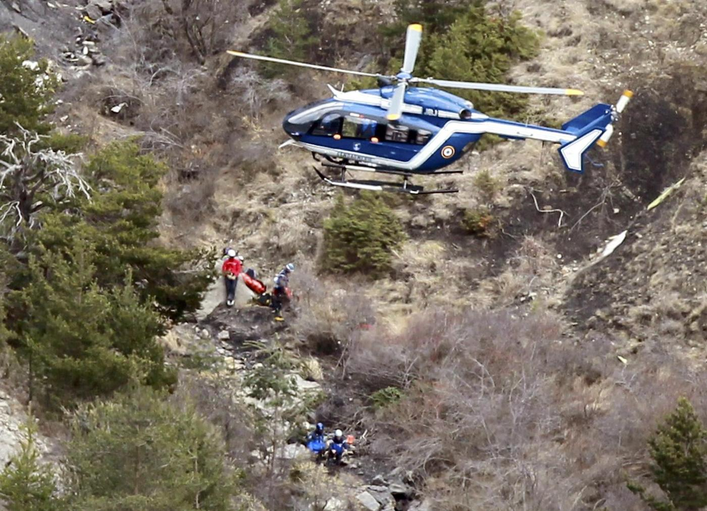 Il co-pilota voleva distruggere l'areo. Dopo aver chiuso fuori dalla cabina il comandante si è diretto contro la montagna. Terrorismo ipotesi remota