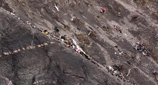 """Strage Germanwings, shock dei soccorritori: """"Ci sono corpi dappertutto"""". Trovata danneggiata la scatola nera dell'airbus"""