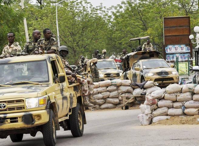 Nigeria, miliziani di Boko Haram rapiscono 400 tra donne e bambini a Damasak. Rischiano di slittare ancora le elezioni presidenziali