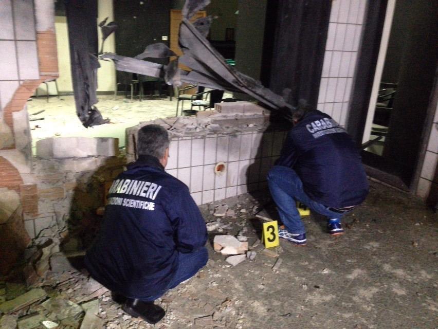 Bari, otto ragazzi feriti per l'esplosione di una bomba fuori da una sala giochi. Uno è in fin di vita