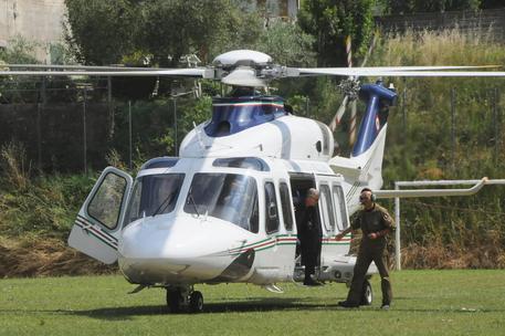 Arezzo, atterraggio di emergenza per l'elicottero di Matteo Renzi. Il premier ha proseguito il viaggio a Roma in auto blu