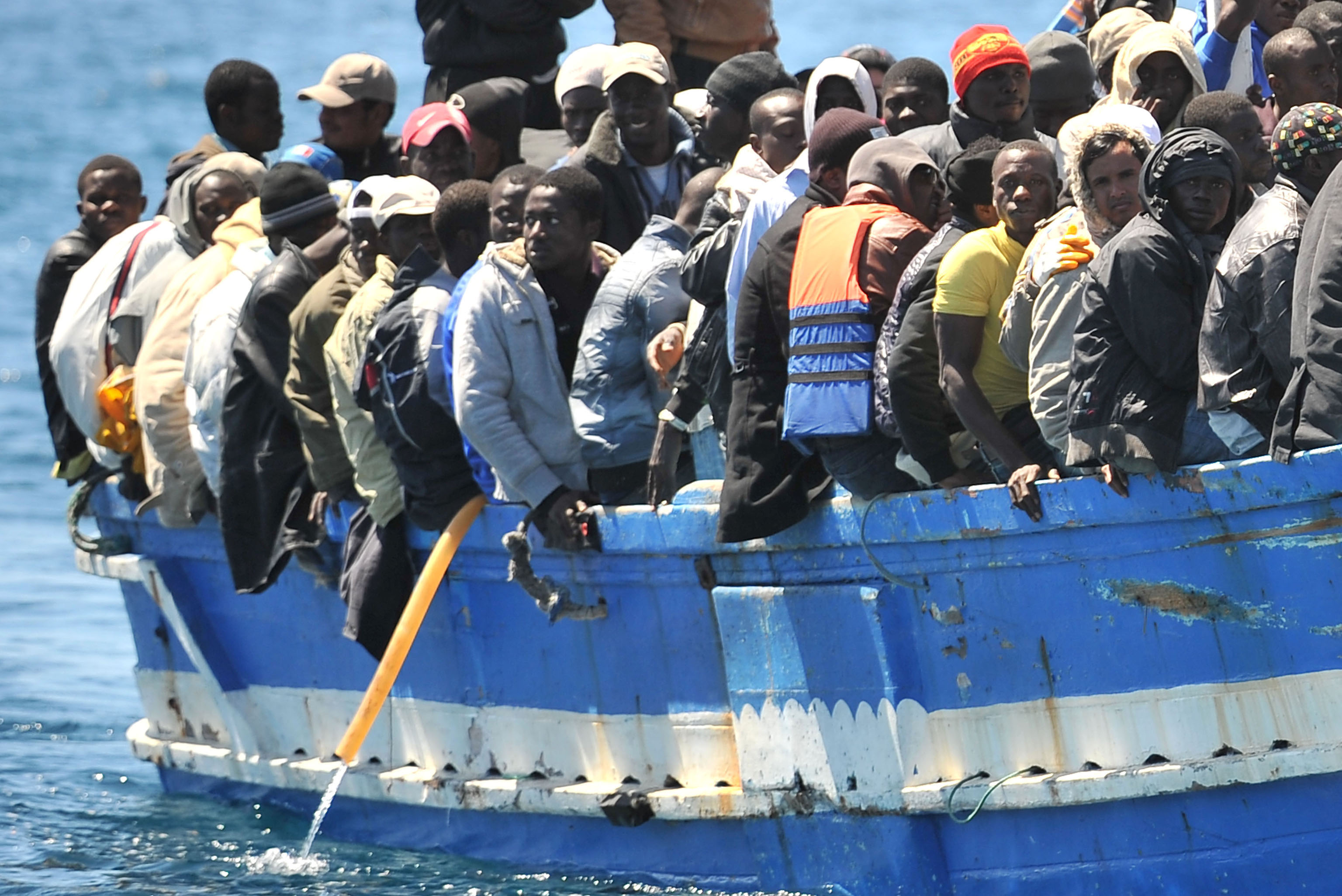 Strage di migranti a Lampedusa: barcone si ribalta provocando dieci morti. 941 persone tratte in salvo dalla Guardia Costiera