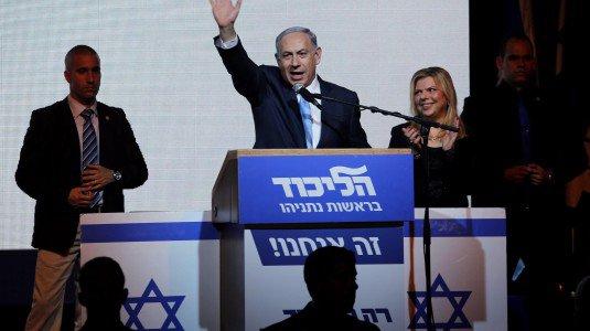 """Israele, il primo ministro Netanyahu a sorpresa vince le elezioni: """"Pronto un governo con nazionalisti e religiosi"""". Anp: affossato il processo di pace"""
