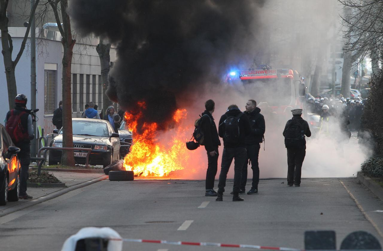 Francoforte, manifestanti del movimento 'Blockupy' contro l'apertura della nuova sede della Bce, oltre 300 persone arrestate