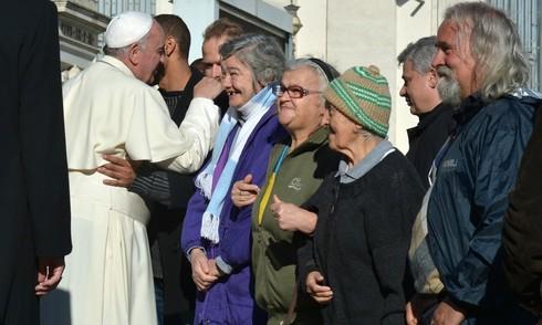 """Vaticano, Papa Francesco apre la Cappella Sistina a 150 clochard romani: """"E' casa vostra"""". In serata la cena tutti insieme"""