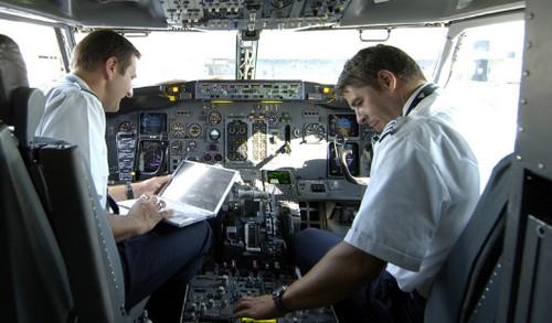 Controlli sui piloti di aerei: dall'elettroencefalogramma fino agli esami del sangue, ma pochissimi test psicologici. In Italia gli standard più elevati