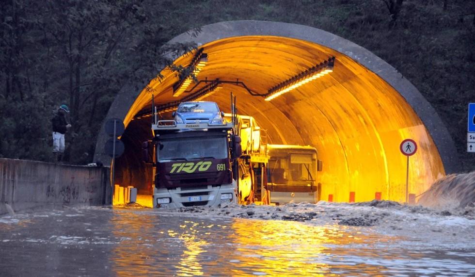 Il maltempo si abbatte sul'Italia, in Sardegna strade bloccate e case evacuate per la caduta di grossi massi
