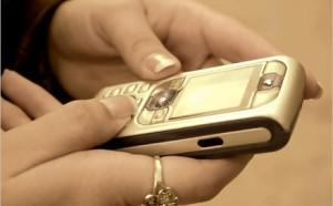 """Cassazione: """"Prendere il cell del proprio partner per spiarlo e controllare sms è considerato rapina"""""""