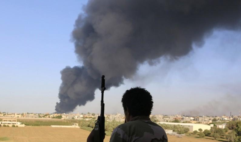 """Libia, l'aviazione attacca l'aeroporti di Tripoli controllato dai filoislamici. L'Onu: """"Le attività militari sul terreno sono inaccettabili, fermatevi"""""""