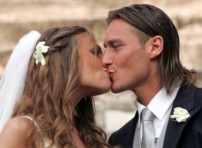 Totti e Blasi festeggiano i dieci anni di nozze con un nuovo matrimonio. A portare le fedi saranno i loro due figli