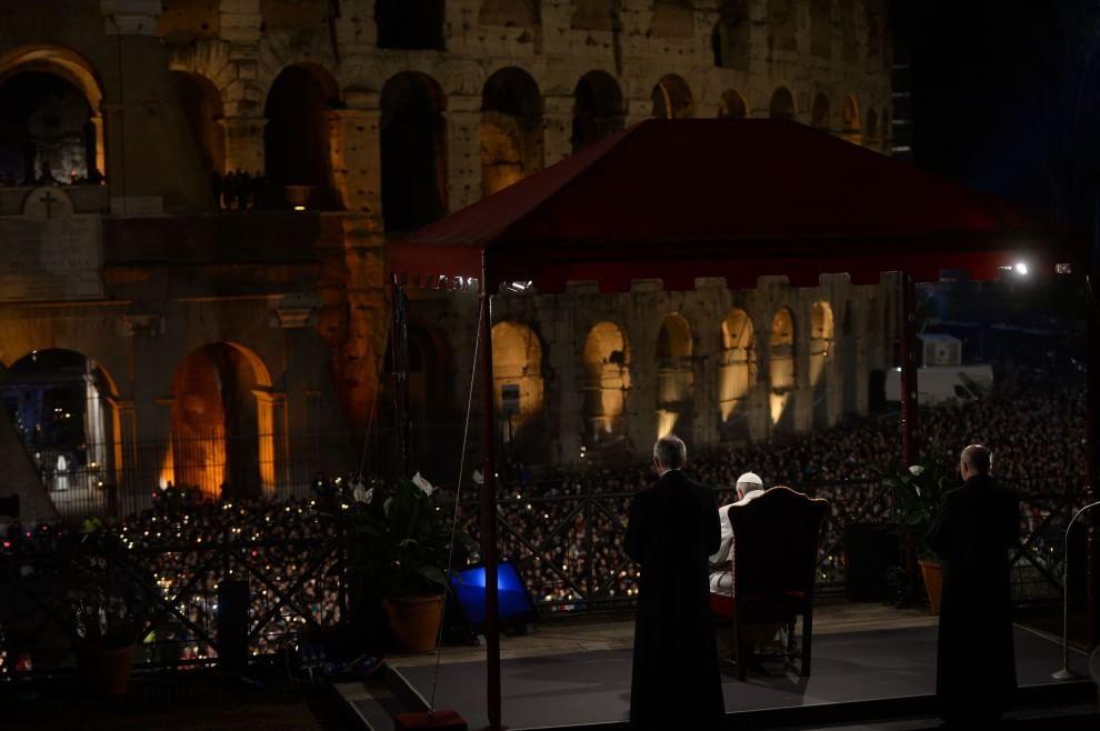 """Via Crucis del Venerdì Santo, Papa Francesco: """"Preghiamo per i nostri fratelli perseguitati e crocifissi sotto i nostri occhi"""""""