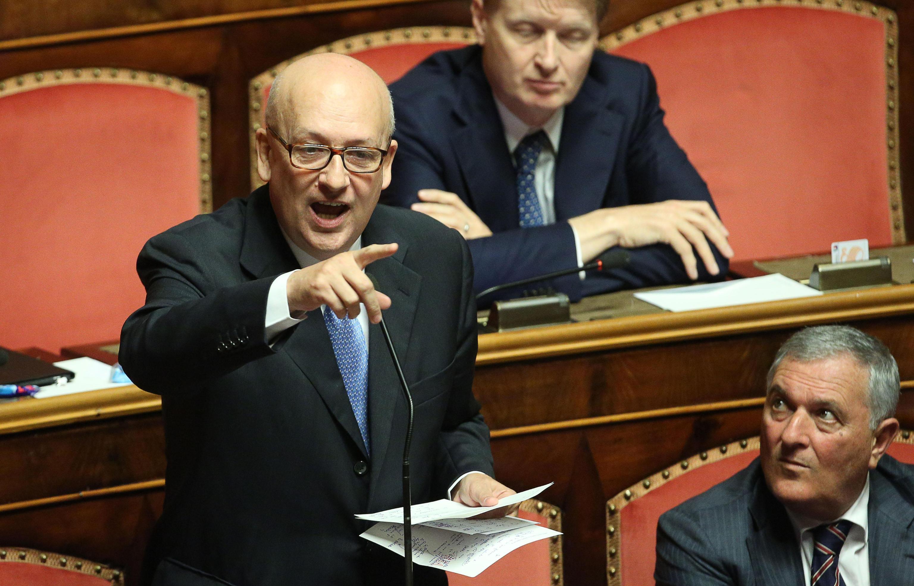 """Caos Forza Italia, Bondi replica alle accuse di Berlusconi: """"Ho subito un linciaggio, non starò in silenzio"""". In Puglia lo strappo del candidato fittiano Schittulli"""