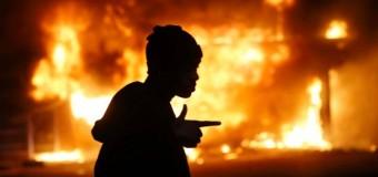 Baltimora brucia, esplode la violenza nera dopo l'ennesimo afroamericano ucciso dalla polizia. Inviati 5 mila soldati. Inizia il coprifuoco