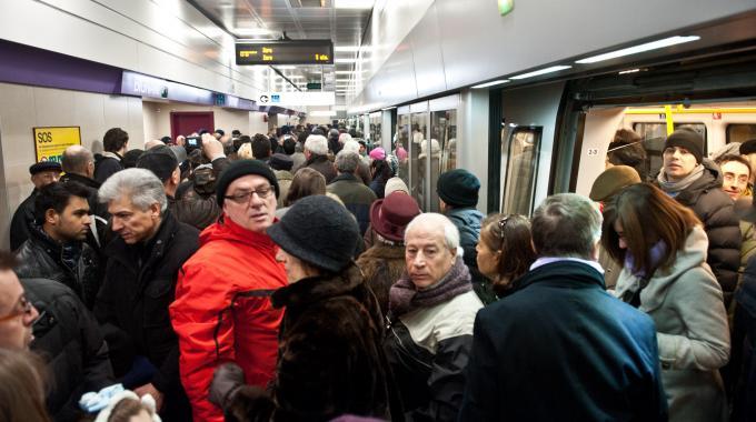 Roma, sciopero trasporti: esplode la rabbia dei cittadini, occupata la metro. Macchinista lascia il treno e se ne va. Migliaia lasciati a piedi