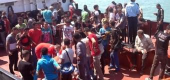 Sbarchi senza sosta, allarme Ue. Cristiani gettati in mare dopo una rissa con musulmani: arrestati quindici migranti. Manette a quattro scafisti