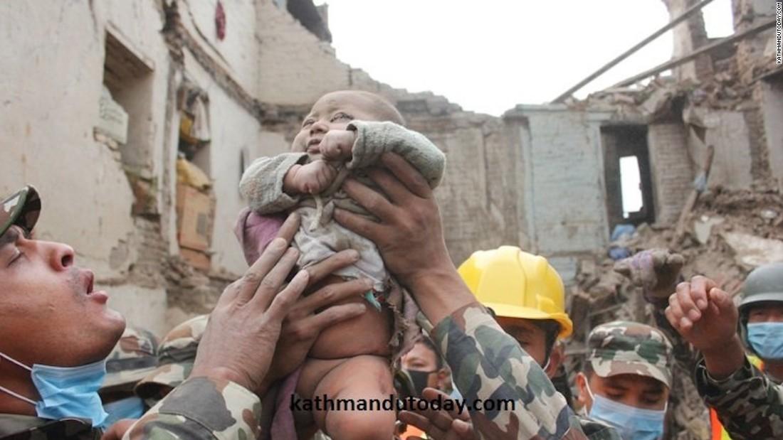 Nepal, 5.000 vittime. Mancano all'appello 3 italiani, rintracciate cinque famiglie di connazionali. Bimbo di 4 mesi vivo tra le macerie