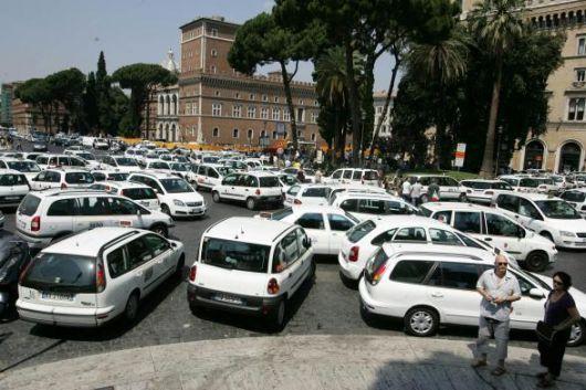 Roma, anziano parcheggia in area taxi per comprare le medicine al figlio, picchiato selvaggiamente da un tassista: è in terapia intensiva