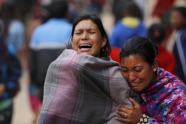"""Terremoto in Nepal, l'appello del premier Koirala al mondo: """"Siamo sommersi dalle vittime, molti dei morti sono bambini"""". I quattro speleologi italiani scomparsi"""