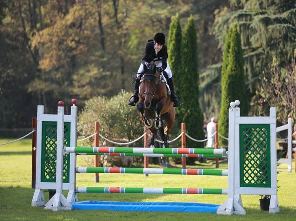 Tragedia nel torinese, amazzone di 25 anni cade durante una gara e il cavallo la schiaccia uccidendola