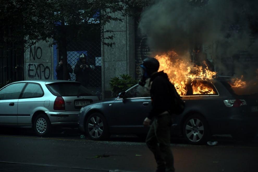 Cosi le Tute Nere anti Expo hanno devastato la città. Centinaia di auto date alla fiamme. La rabbia dei milanesi