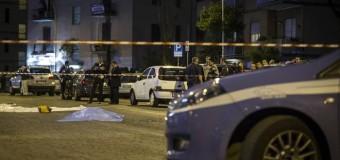 Roma, auto con 3 rom a bordo fugge a un controllo della polizia e travolge sette persone a una fermata del bus, morta una donna di 41 anni