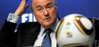 """Scandalo Fifa, dietro alle dimissioni di Blatter l'indagine dell'Fbi. Resterà in carica fino al 2016. Platini (presidente Uefa): """"Decisione nella giusta direzione"""""""