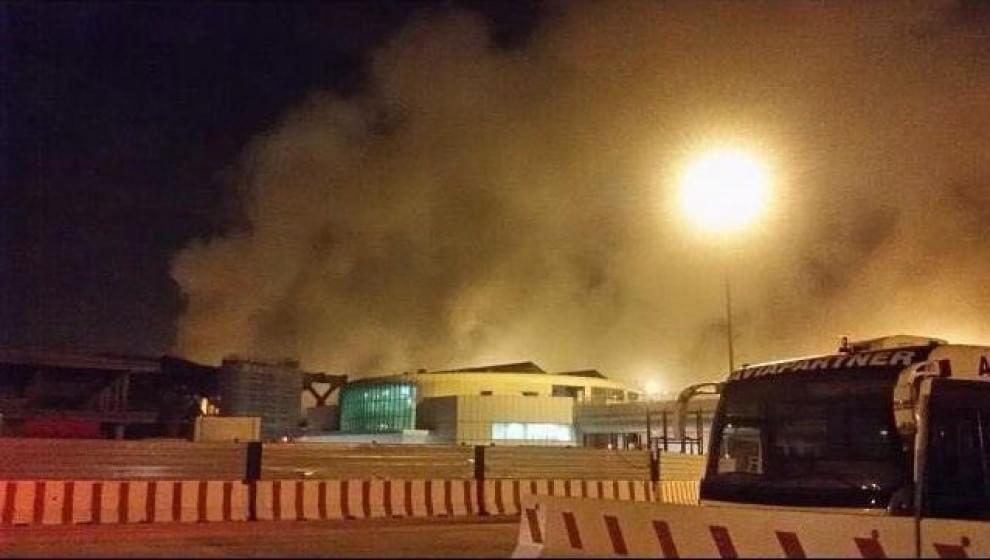 Fiumicino, aeroporto chiuso per un incendio al terminal 3. Tre intossicati. Caos nei voli e nel traffico. Riapertura prevista per le 14