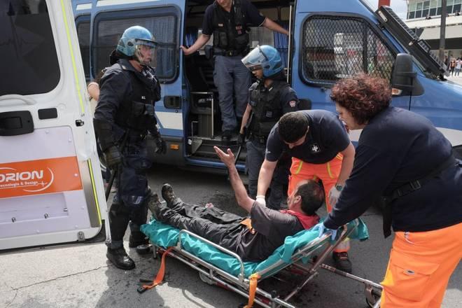 Salvini dura contestazione a Massa. Scontri tra un gruppo di antagonisti e forze di polizia: un ferito
