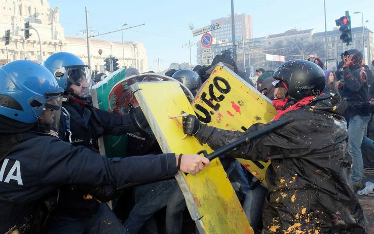 No Expo, black bloc e incappucciati trasformano Milano in un campo di battaglia: Distrutte auto e vetrine. Saccheggiati negozi