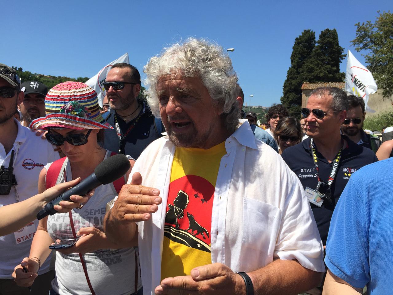 """La marcia di Grillo Perugia-Assisi per il reddito di cittadinanza: """"Puo' diventare realta"""". Accuse a Veronesi sulle mammografie, Lorenzin: """"Propaganda"""""""