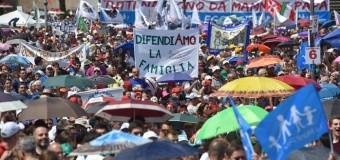 """Roma, grande folla per il Family day. """"Siamo più di un milione"""" In piazza contro le unioni civili. Gaynet : """"Una piazzata omofoba"""""""