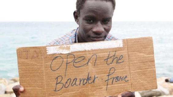 Caos a Ventimiglia, centinaia di migranti hanno dormito sugli scogli dopo il blocco francese delle frontiere