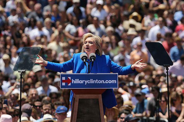 """La svolta di Hillary a sinistra, primo comizio pubblico a Roosevelt Island. """"Il mio impegno per la classe media e i poveri che sono stati lasciati indietro"""""""