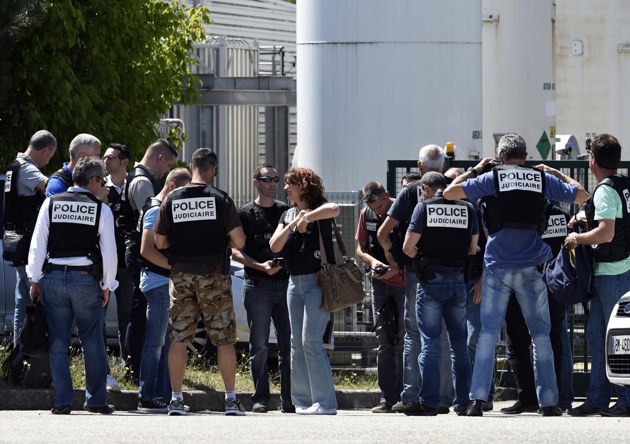 Lione, commando dell'Isis attacca una fabbrica del gas. Decapitato l'imprenditore, ferito l'attentatore. Hollande: atto di terrorismo