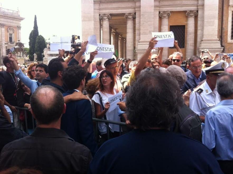 Mafia capitale, esplode la rabbia in Campidoglio. Marino sotto assedio, sostituiti i consiglieri indagati. Si dimette capogruppo Pd alla Regione