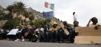 """Emergenza profughi, Renzi pensa a un piano B per """"forzare"""" l'Europa alla solidarieta'. Polemica contro Salvini e Maroni"""