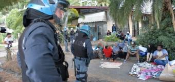 """Ventimiglia, centri sociali da tutto il Nord a sostegno dei migranti bloccati al confine: """"No alle frontiere"""". 170 ancora sugli scogli"""