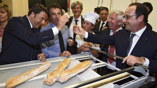 """Renzi e Hollande all'Expo, mini accordo sui migranti. Il premier italiano: """"Servono responsabilita' e solidarieta', non isterie"""""""