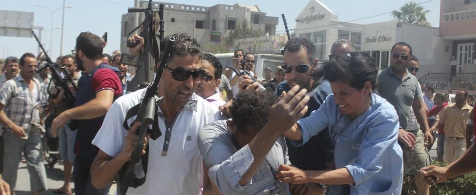Is, terrore globale: dopo la strage di 37 turisti, la Tunisia chiude 80 moschee. Fuga dagli alberghi, spiagge deserte. Francia, Somalia e Kuwait una scia di sangue