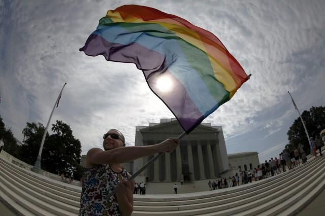"""Usa, sentenza storica della Corte Suprema: i matrimoni gay legali in tutti gli Stati. Il tweet di Obama: """"L'amore vince"""""""