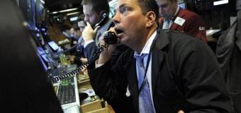 Paura sui mercati, Milano la peggiore d'Europa cede quasi il 5%. Banche in caduta libera anche l'euro perde terreno