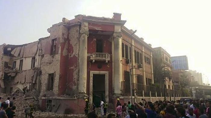 Cairo, esplode autobomba davanti al consolato italiano: un morto e alcuni feriti tra agenti di guardia e passanti. Nessun connazionale coinvolto