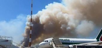 Fiumicino paralizzata, incendio doloso nella pineta accanto all'aeroporto blocca tutti i voli. Passeggeri intrappolati per ore
