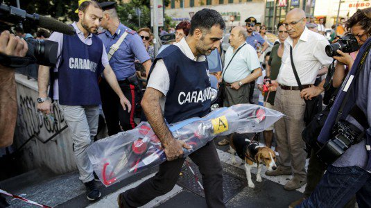 Bimbo morto nella metro a Roma, tre persone denunciate dai carabinieri: un dipendente Atac e due vigilantes