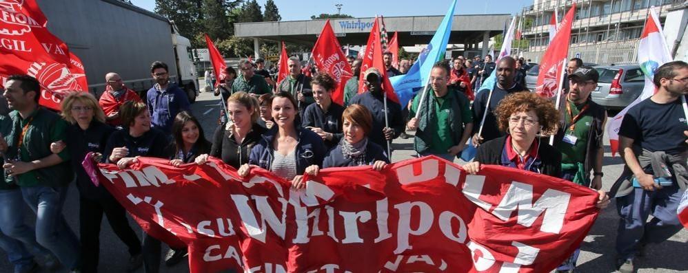 Whirlpool di Caserta, scongiurati i licenziamenti: sindacati e azienda Usa firmano l'accordo. Torna la produzione alla ex Indesit