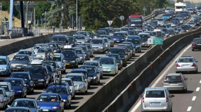Esodo estivo, primo fine settimana con bollino rosso. Traffico intenso verso le località di mare. Attese 20 milioni di auto in marcia per le vacanze