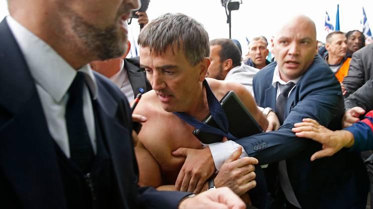 Air France annuncia 2.900 licenziamenti e scoppia la rivolta. Manager costretti alla fuga, il direttore del personale aggredito e con la camicia a brandelli. La condanna del governo