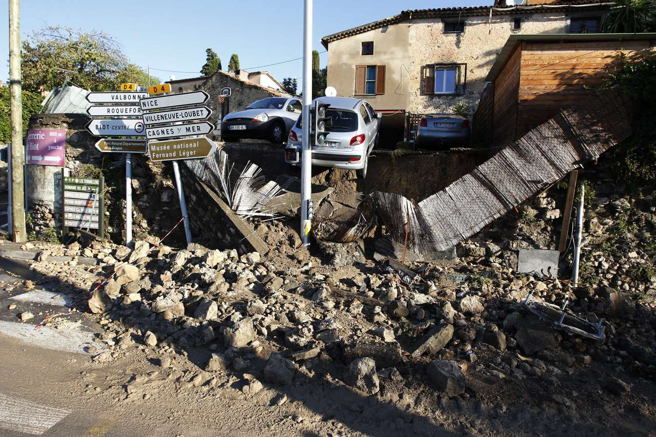 Alluvione in Costa Azzurra, 16 morti e 3 dispersi. Mobilitazione eccezionale, 28 mila case senza elettricità, treni con malati a bordo bloccati