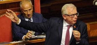 """Senato, gesti osceni in Aula: sospesi per 5 giorni Barani e D'Anna. Grasso: """"Offesi senatori e istituzioni"""""""
